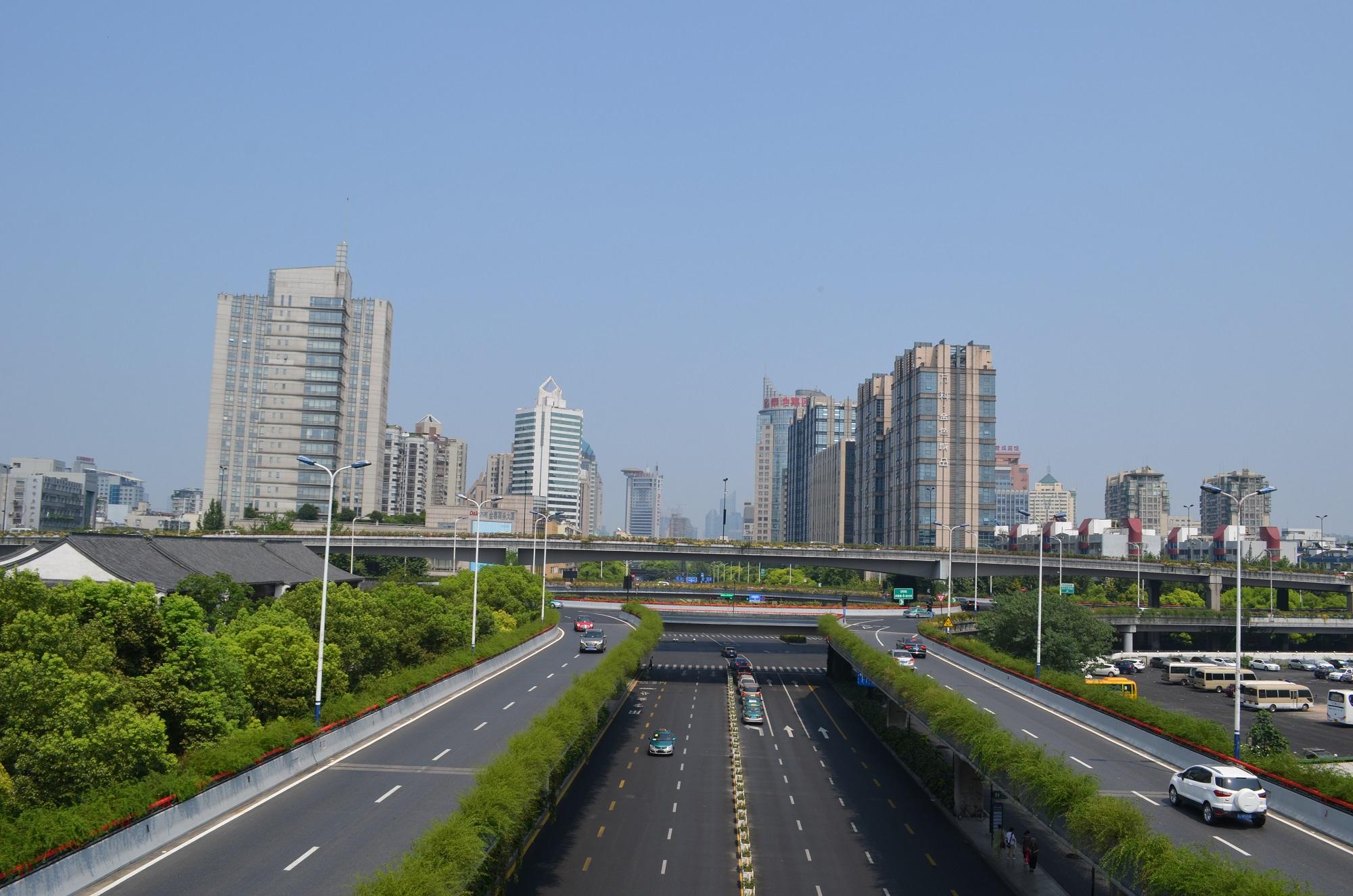 Die Stadt blickt in eine neue Zukunft. Zumindest bis in ein paar Jahren die Straßen alt sind und verfallen.
