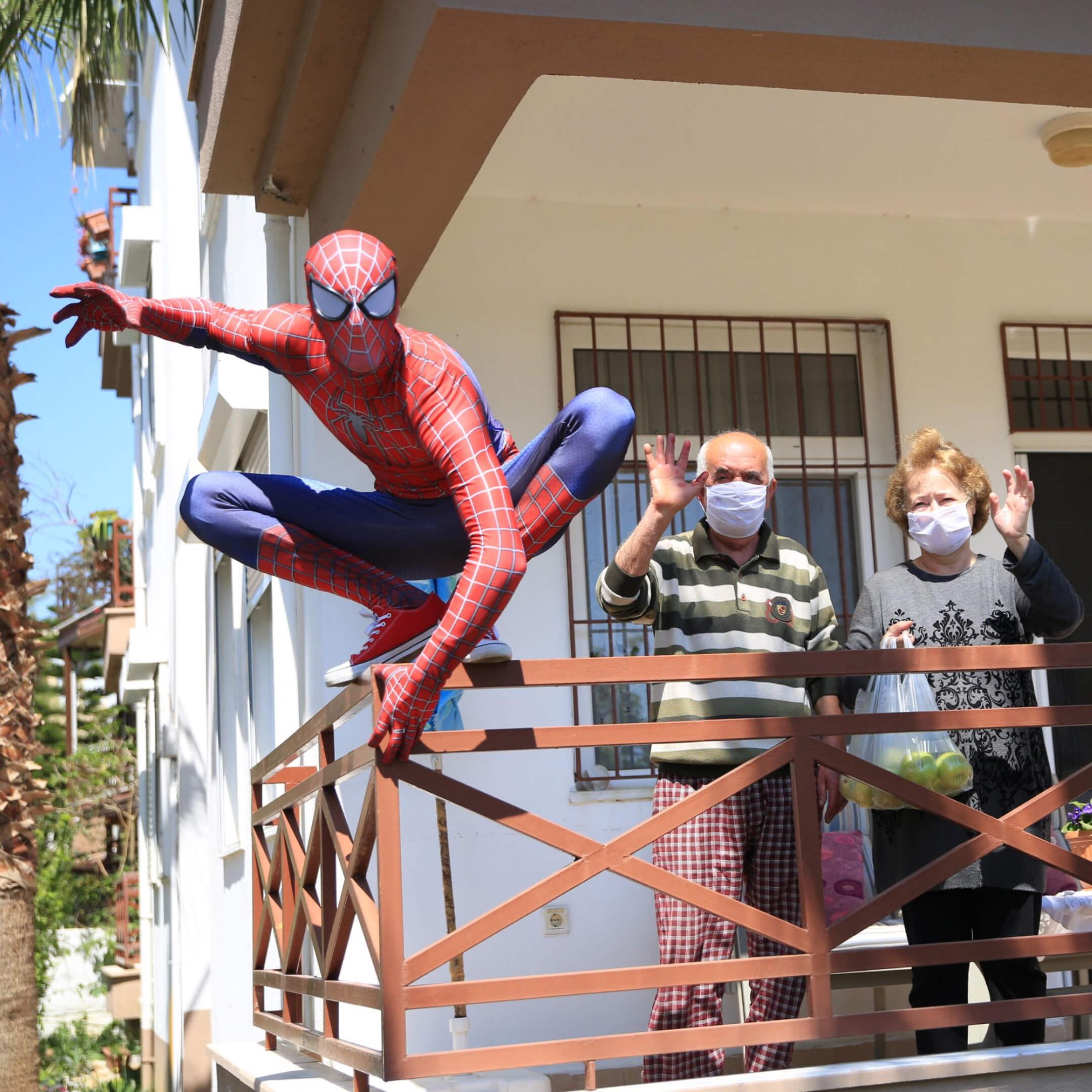 Бурак Сойлу вкостюме Человека-паука разносит продукты людям, которые не выходят издома из-за пандемии / Анталья, 14апреля 2020г. АAPhoto