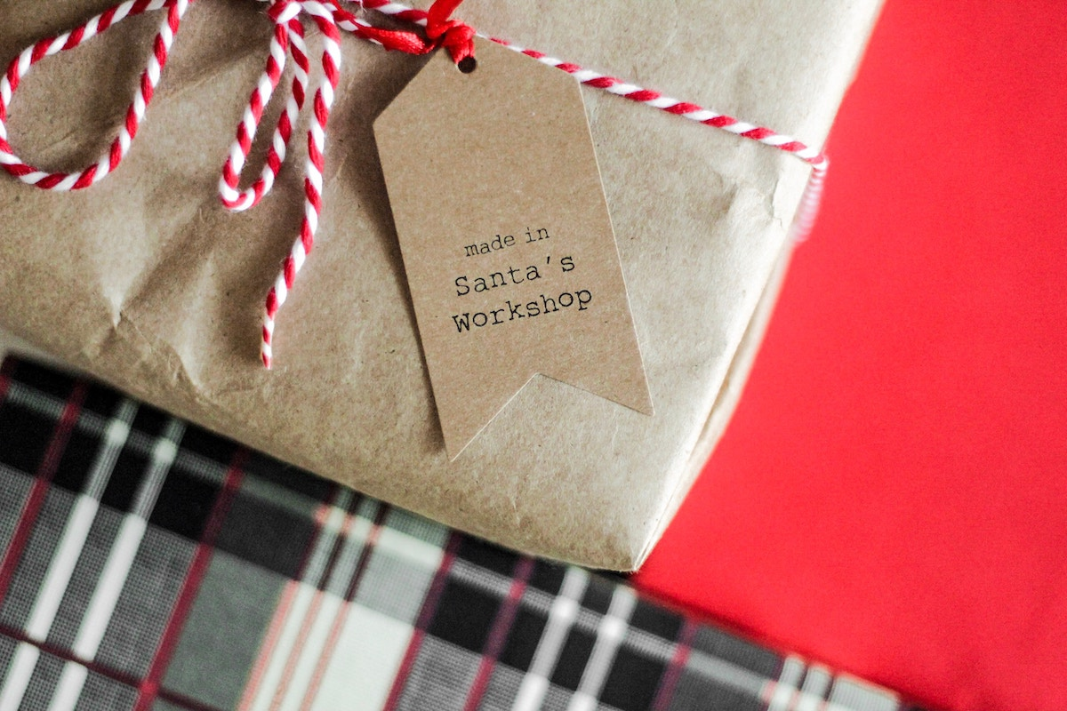 paquete de regalo con etiqueta