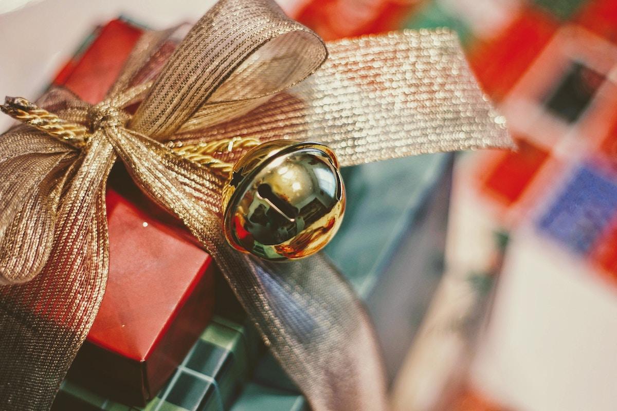 envoltorio de regalo con cascabel