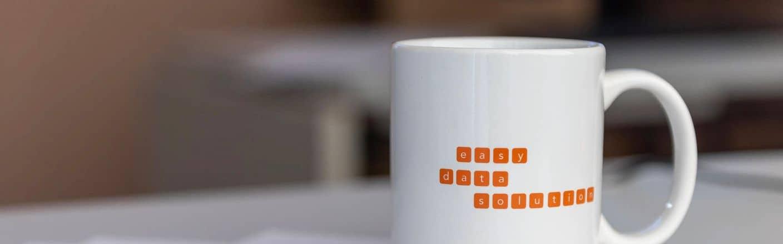 Schreibtisch mit easy data solution Tasse