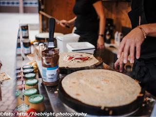 Freundliches Personal bei der Zubereitung von köstlichen Crepes, Galettes und Waffeln bei einem Business-Catering in Köln