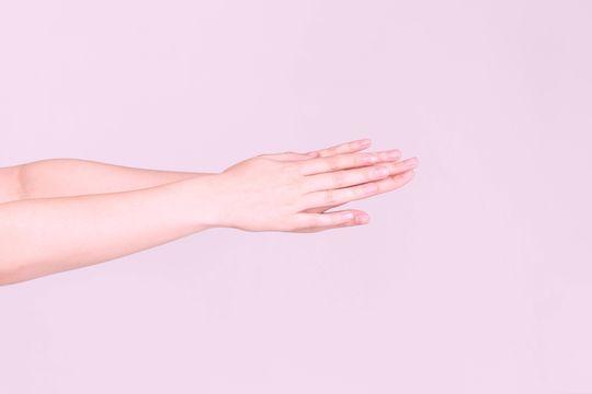 Granitos en los brazos: qué son, causas y tratamiento - Featured image
