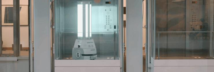 Le robot désinfectant UVC dans un ascenseur.
