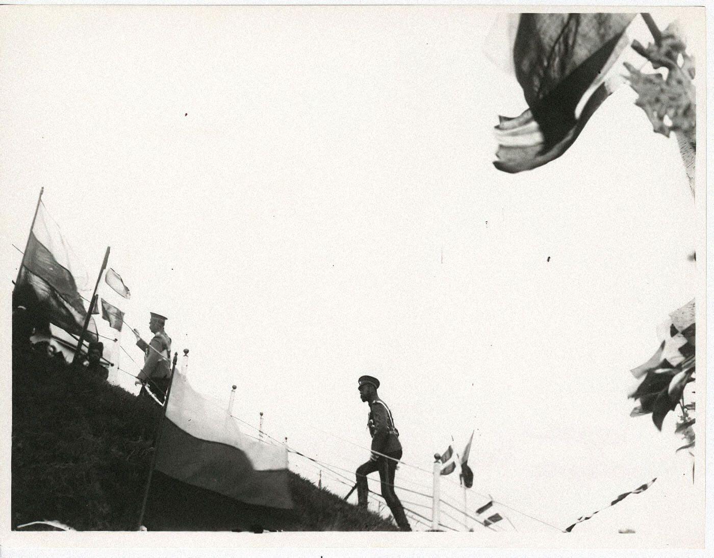 Николай IIподнимается наЦарский валик, расположенный наполе вКрасном Селе, где проводились смотры ипарады. Фото: Карл Булла, 1910, russiainphoto.ru