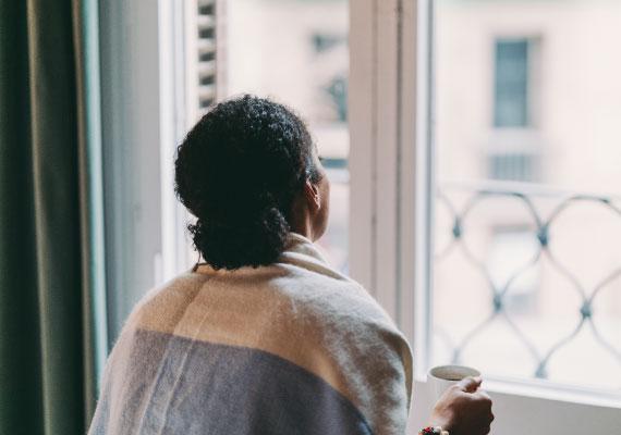 Une fille ivoirienne avec une grossesse non désirée regarde la fenêtre et pense d'avorter
