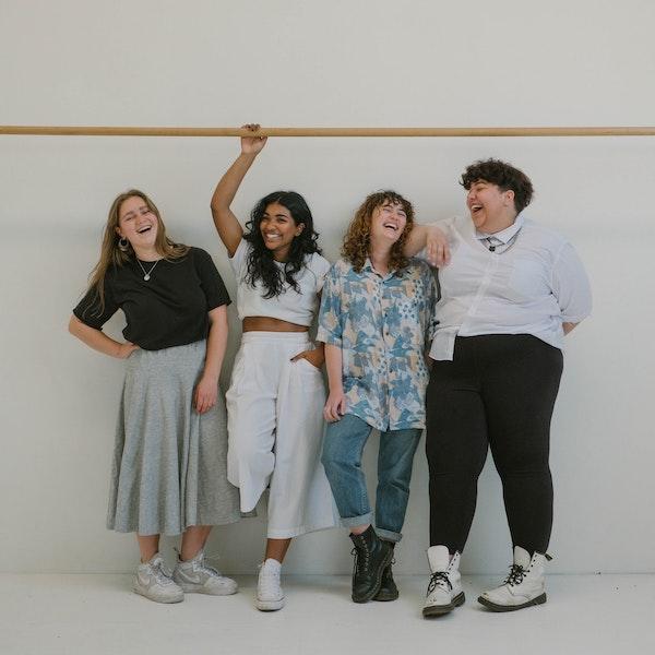 4 chicas riendo fondo blanco