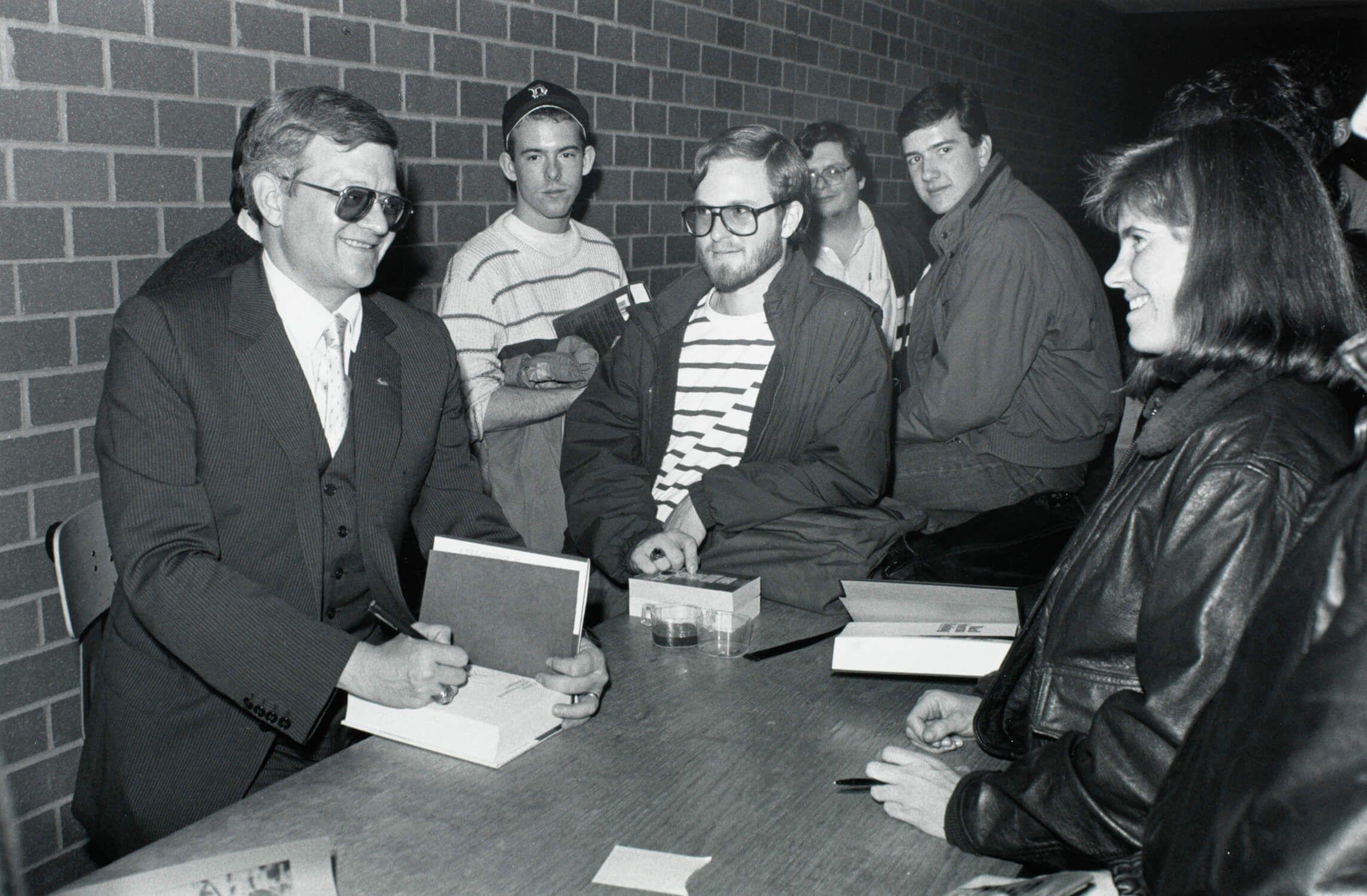 Автор политических бестселлеров Том Клэнси (слева) в библиотеке Бостонского колледжа, ноябрь 1989 / wikipedia.org