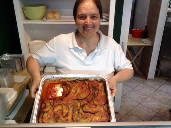 Paola e la parmigiana di melanzane con pomodoro, basilico e pane grattugiato