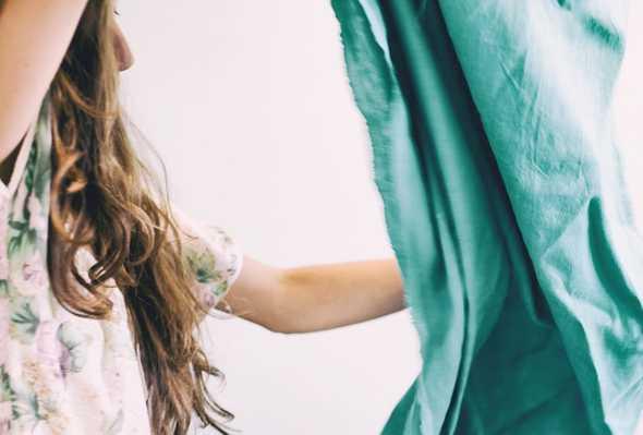 vrouw met stof in handen