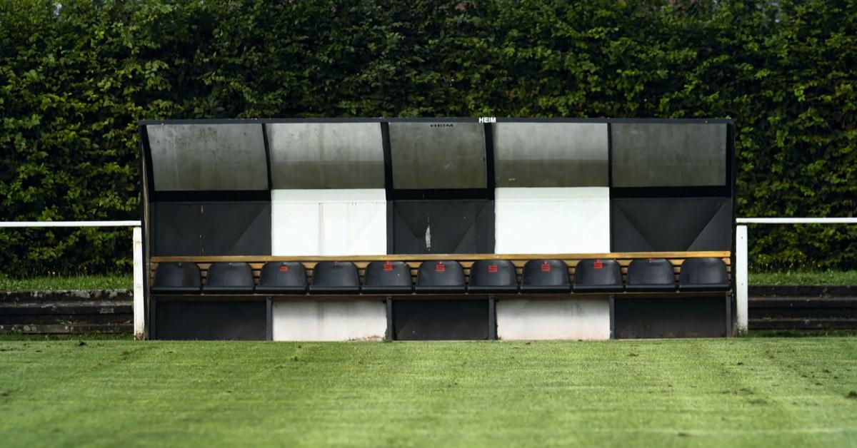 Sportplatz mit Auswechselbank