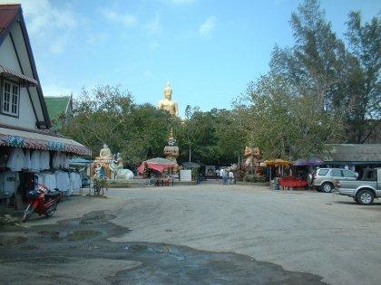 Heute habe ich meinen monatlichen Besuch beim Big Buddha abgeleistet. Es ist immer wieder schön, Touristen zu beobachten, die erst erstaunt, dann amüsiert kucken und sich dann beim Glocken mit Geldstücken anschlagen begeistert beteiligen ohne zu wissen was sie sich selbst damit antun. Ich weiss es. Und es gefällt mir. Drum mach ich es auch. Ehe irgendwelche Thais damit anfangen und ich wie ein Tourist hinter ihnen her wackeln muss. Neulich hatten die Mönche sogar genug Geld zusammen, um die kaputten Glocken auszutauschen.   Und wie man auf dem Photo sieht war es überhaupt nicht überaus bewölkt, es fing auch beim Wegfahren nicht an zu regnen und ich bin nicht völlig durchnässt wieder im Büro aufgeschlagen um diese Zeilen zu schreiben. Denn auf dem Photo scheint die Sonne. Und ich hab es heute geschossen. Als ich bei Big Buddha war. Klar.  PS: Ich bin gespannt, was sie mit den ganzen Steinen machen, wo ich jetzt schon meinen Namen draufgepappt habe.