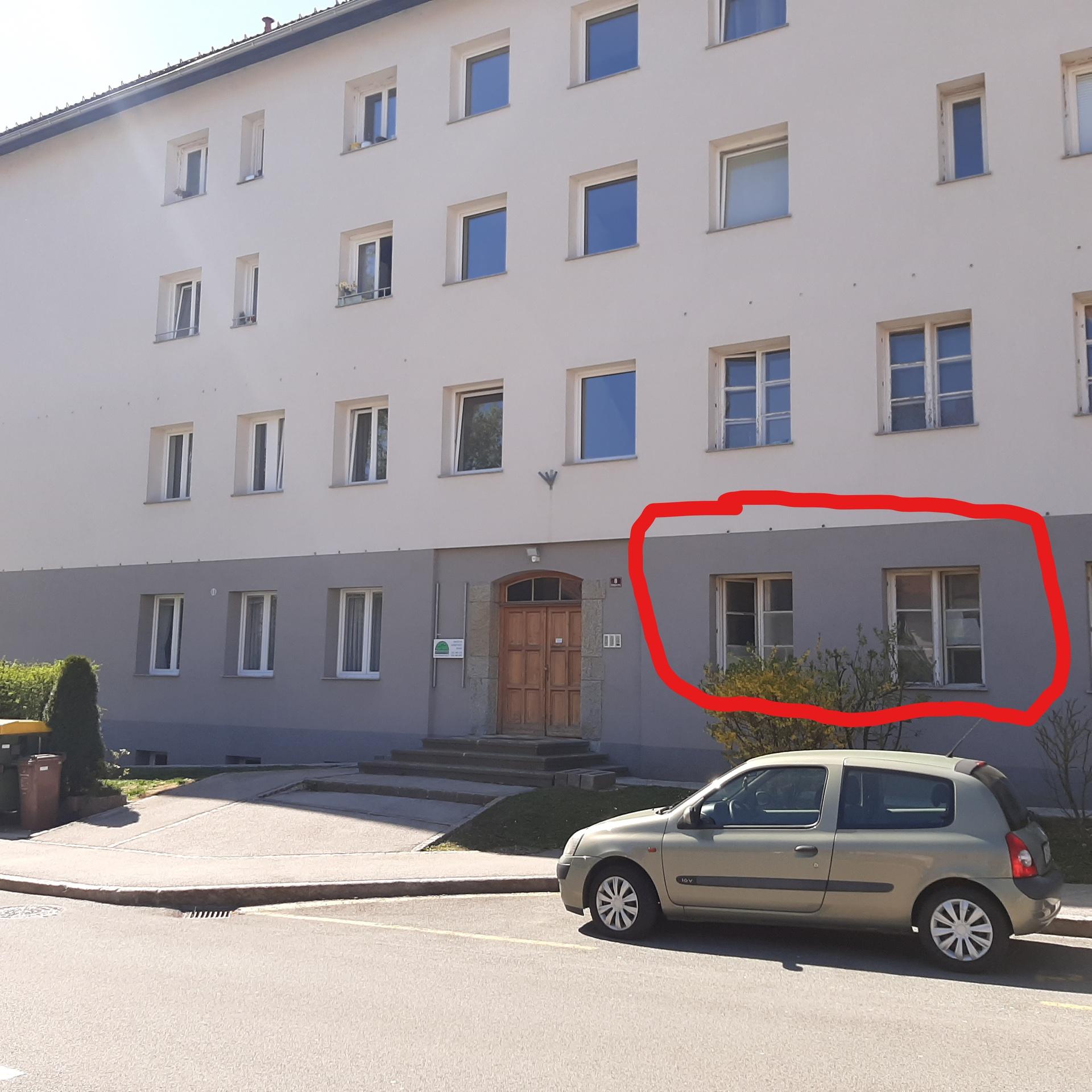 Stanovanje mestnega politika Igorja Velova (lastnik) v katerem naj bi se neprestano menjavali stanovalci večinoma s Kosova. Stanovalci trdijo, da največ prihajajo in odhajajo ponoči.