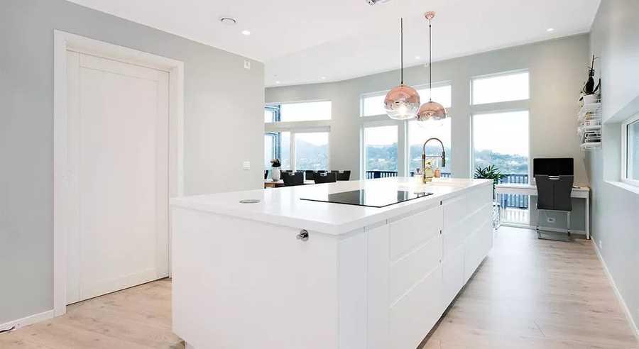 Lyst kjøkken, med store og fine vindusflater.
