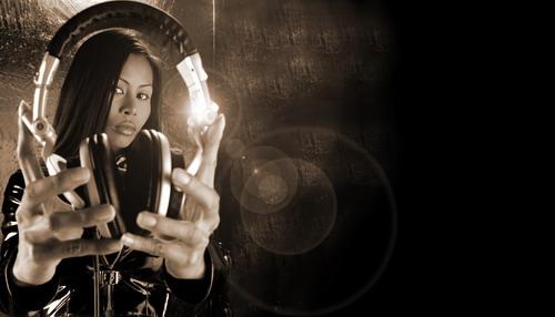 [Nakadia][1] ist eine laut Pressetext aus Ko Samui stammende DJing die durch die Welt jettet und wahnsinnig erfolgreich ist.  > It has been only 4 years since nakadia changed the catwalk with vinyls and decks. Since then she has developed into one of the most successful female DJs touring the world. Many things have happened in only such a short time and the entire industry is stunned by the unique development of Thai DJ Nakadia. What started more as a hobby out of the love for music seems to be one of the most incredible DJ careers in history now. [aus ihrer [Biographie][2]]  Irgendwie kennt sie hier niemand. Macht aber nichts, solange es gut klingt was sie da zusammenscherbelt.  Und was den Catwalk betrifft: Ich habe da Photos gesehen, die auf einem nicht öffentlichen Catwalk geschossen wurden.   [1]: http://www.nakadia.com/  [2]: http://www.nakadia.com/bio.htm