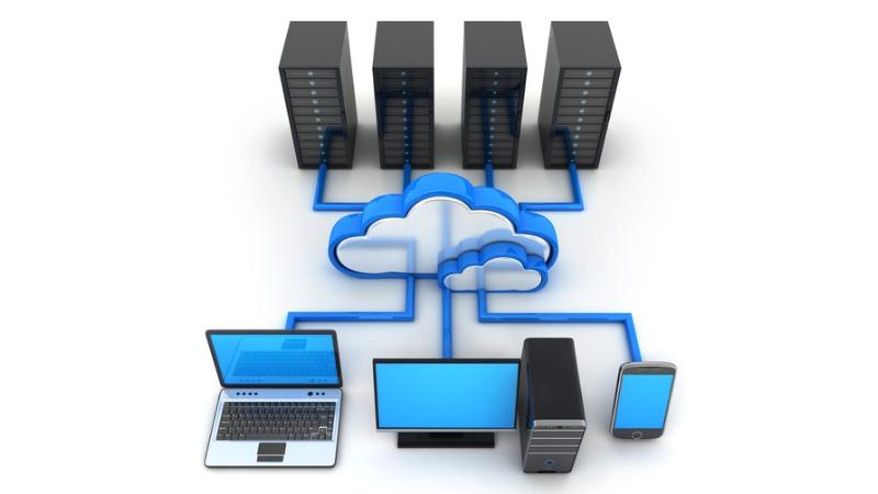 Ein Laptop, ein Desktop-Computer und ein Mobiltelefon sind über Leiterbahnen mit einem Cloud-Symbol verbunden, das wiederum mit mehreren Servern verbunden ist.