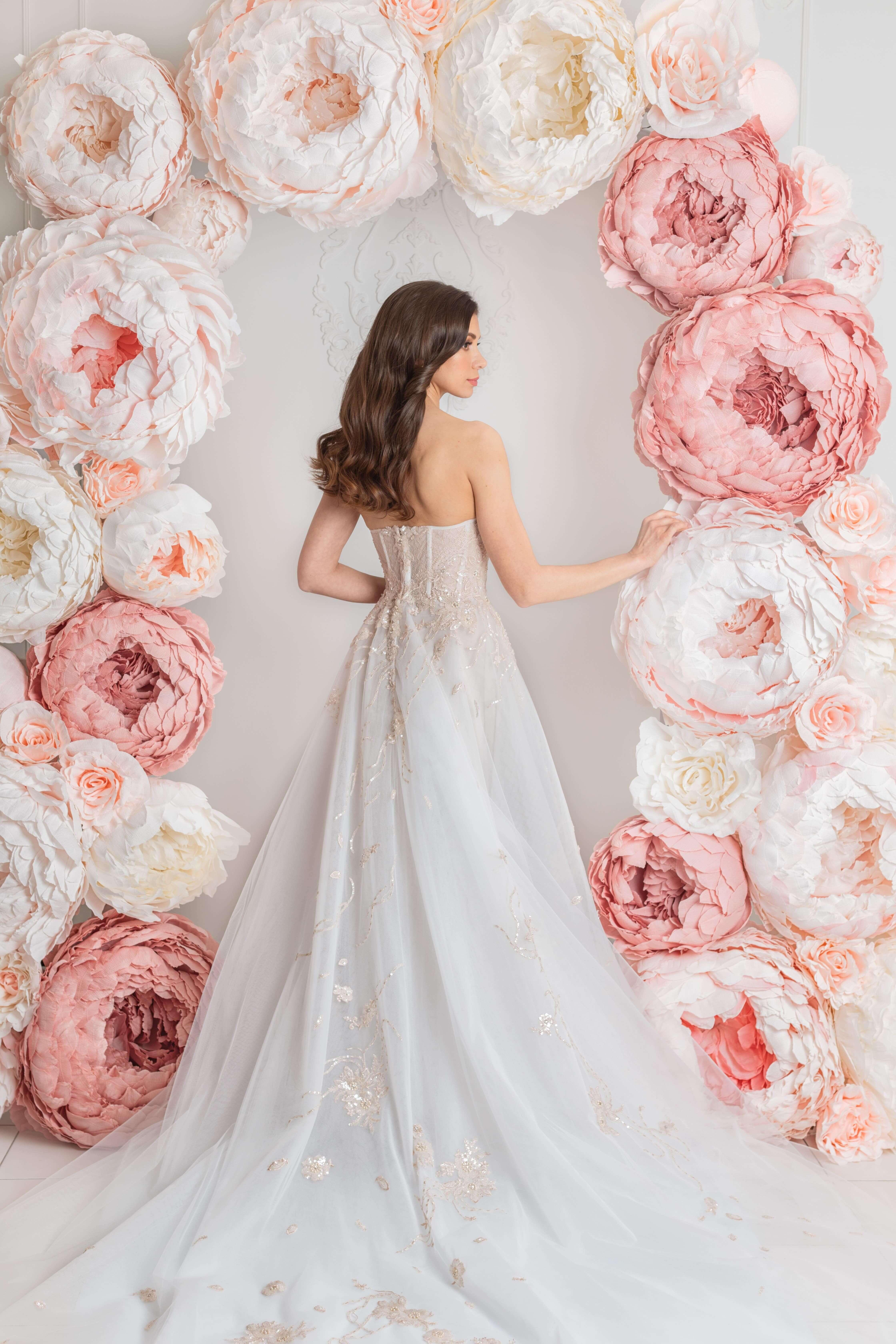 robe de mariee traine longue lilia haute couture dos de corset decore en dentelle