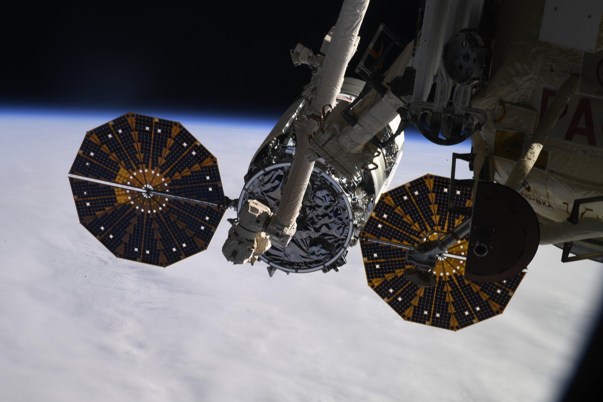Figure 1: Capsula Cygnus NG-13, în timpul operațiunilor de capturare cu brațul robotic Canadarm-2 al Stației Spațiale Internațională (Sursa: Oleg Skripochka/Roscosmos)