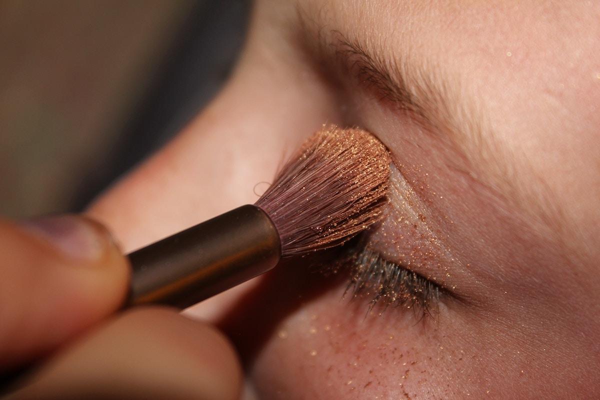 maquillaje sombra ojos brocha