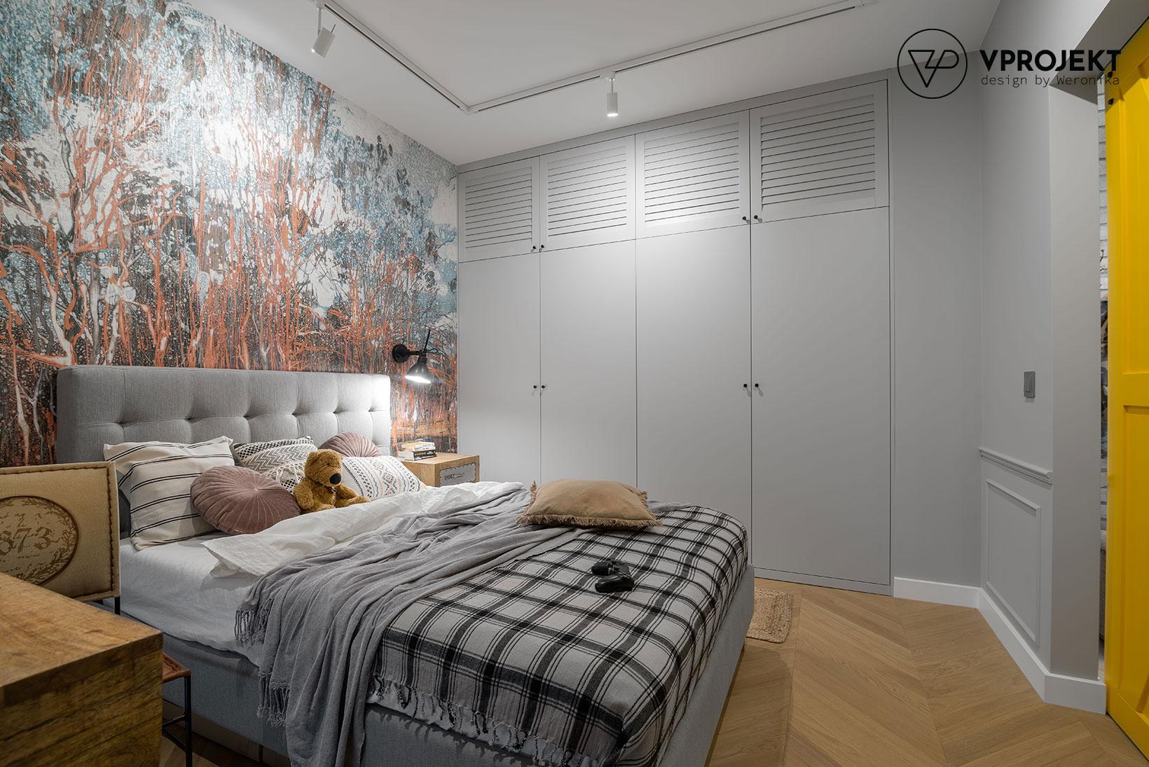 Sypialnia z biurkiem i zabudowaną szafą