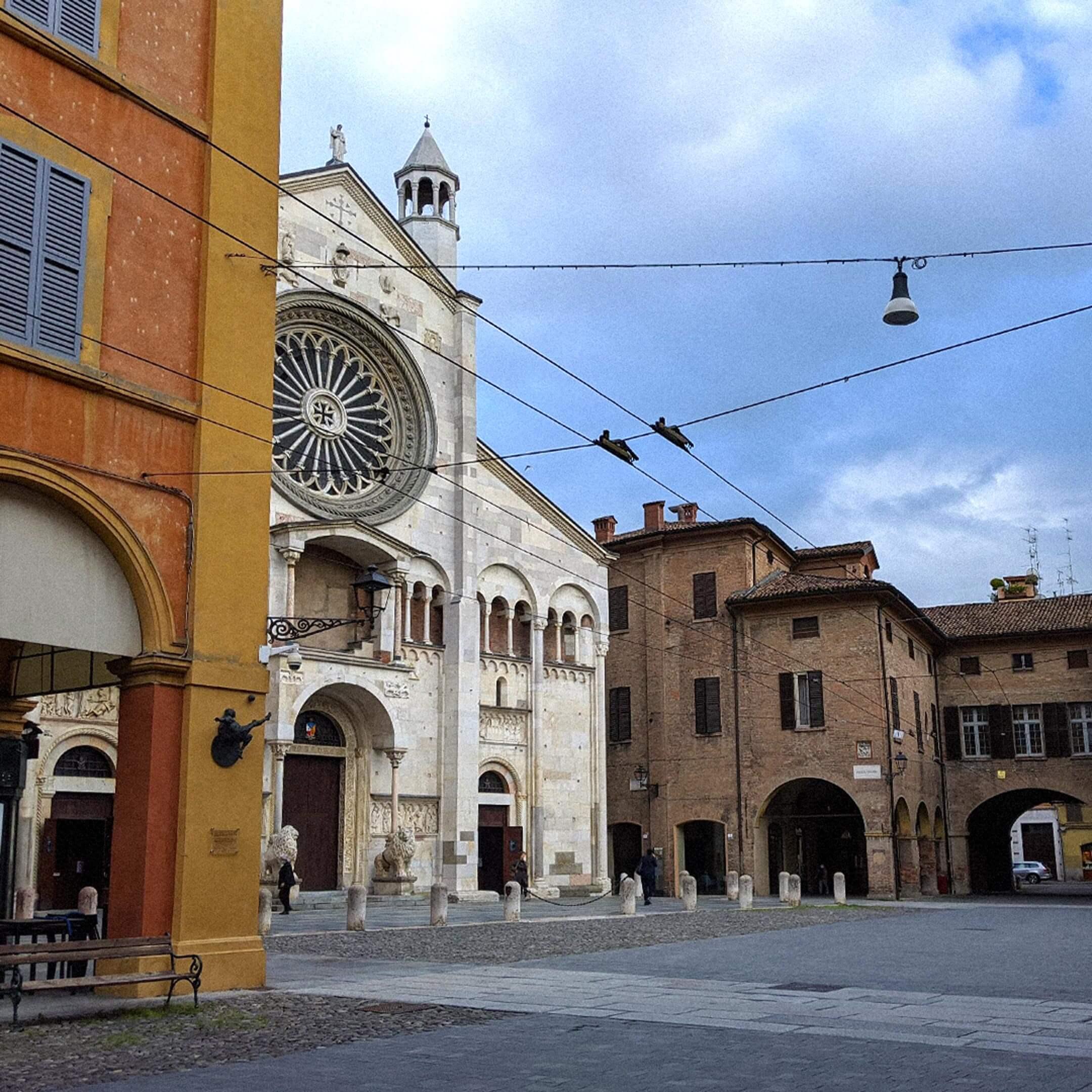 Собор Дуомо вМодене, главная достопримечательность города, вокруг которой всегда толпились туристы. Фото: Виктория Кокарева