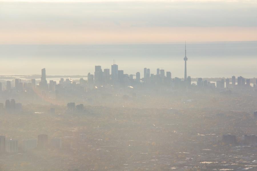 Toronto dans la brume vu d'un avion