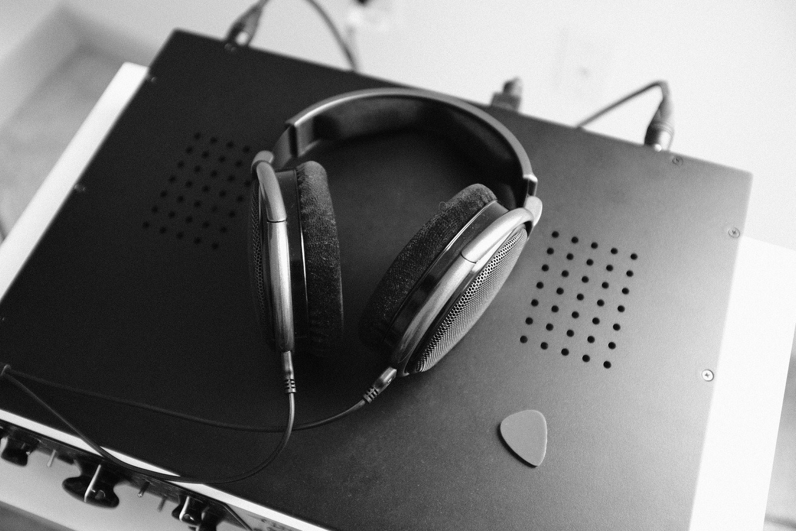 An image of the Sennheiser HD650s.