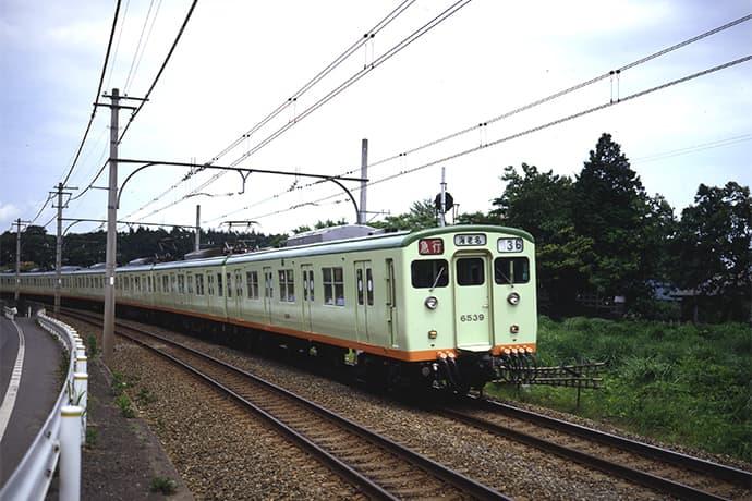 ライトグリーンの6000系電車の外観