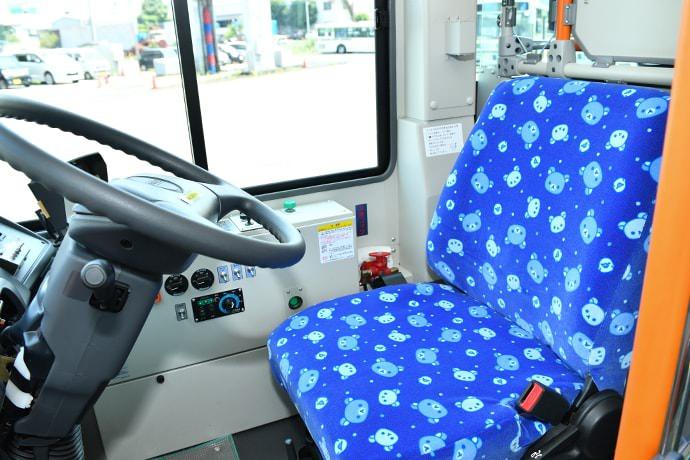 「コリラックマ号」の運転席
