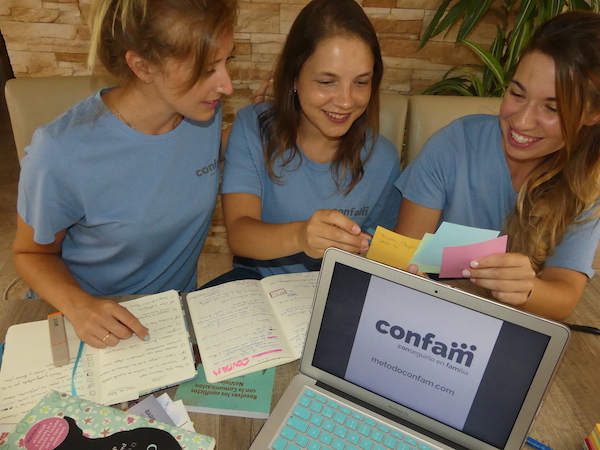 chicas jóvenes haciendo un trabajo