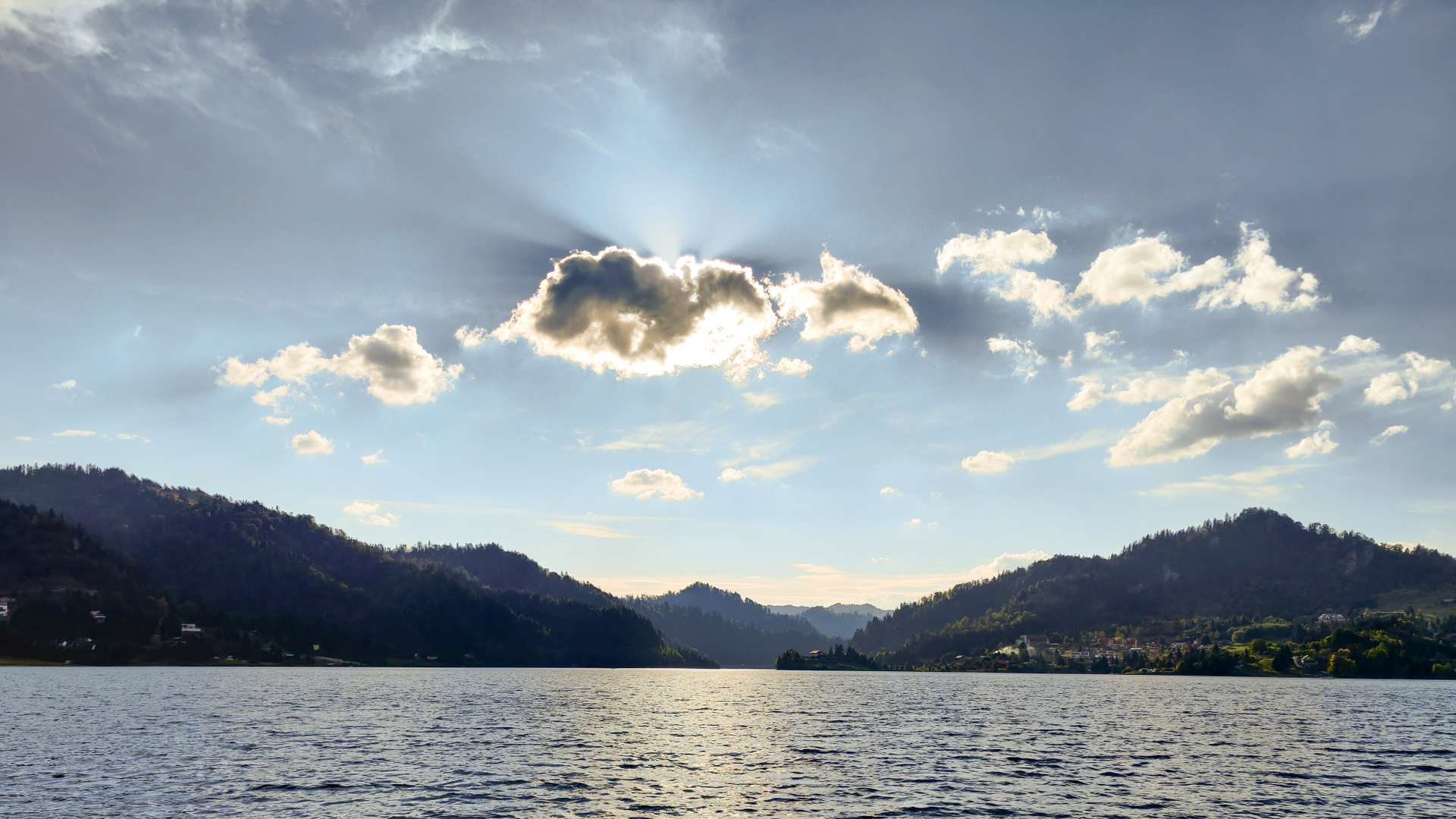 poza de pe barca lac
