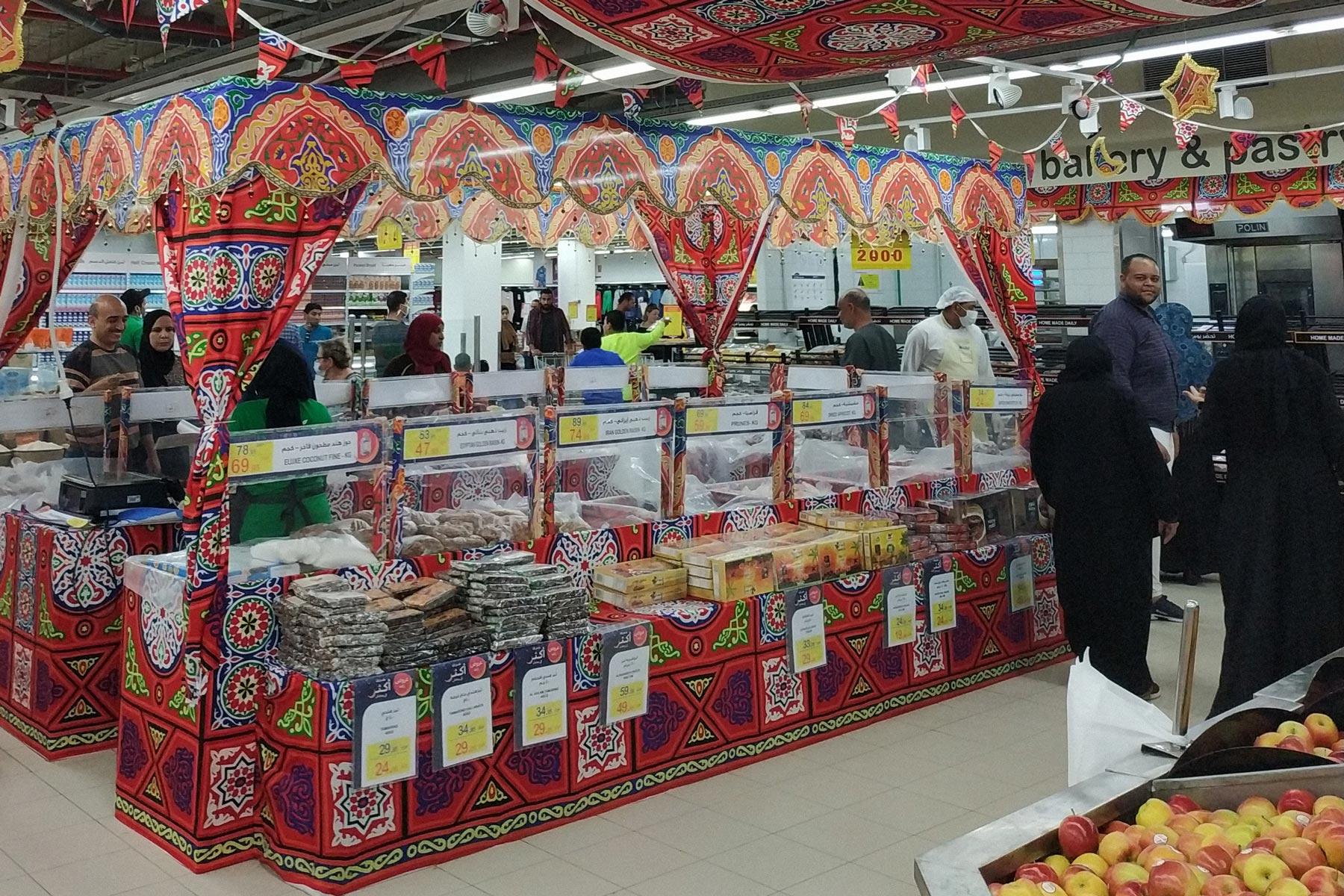 Украшенные к Рамадану прилавки с праздничными продуктами в местном супермаркете. Фото: Татьяна Иванова