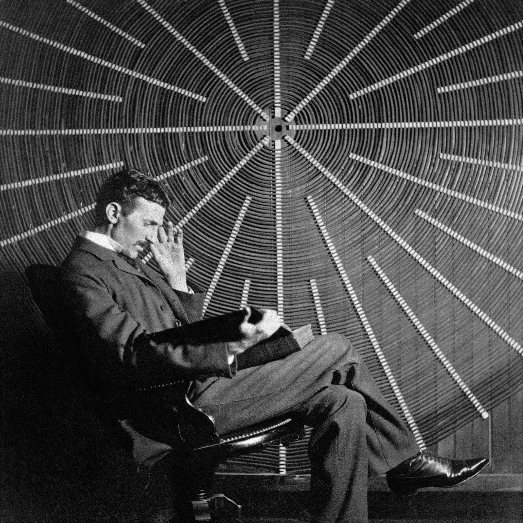 Никола Тесла перед катушкой своего высокочастотного трансформатора на Ист-Хьюстон-стрит, Нью-Йорк. Источник: wikipedia.org