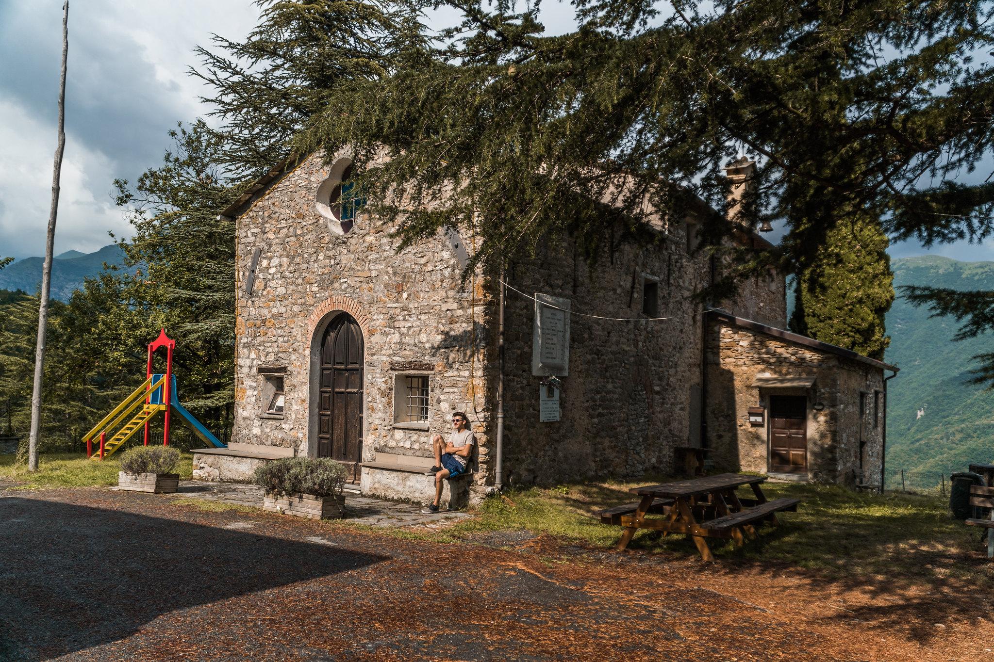 io in panciolle davanti alla chiesa parrocchiale di San Faüstin e Santa Giovita