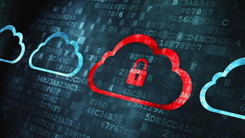 Eine Reihe von mehreren blauen Wolkensymbolen vor einem digitalen Hintergrund aus leuchtenden alphanumerischen Zeichen; eine der Wolken sticht in Rot hervor und ist durch ein geschlossenes Vorhängeschloss gekennzeichnet.