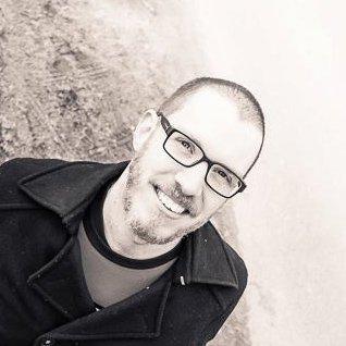 Portret van lachende Harry van Mierloo met baard en bril