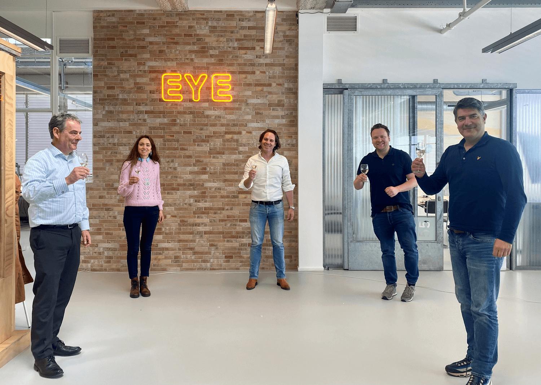 Foto van de samenwerking in het kantoor van EYE