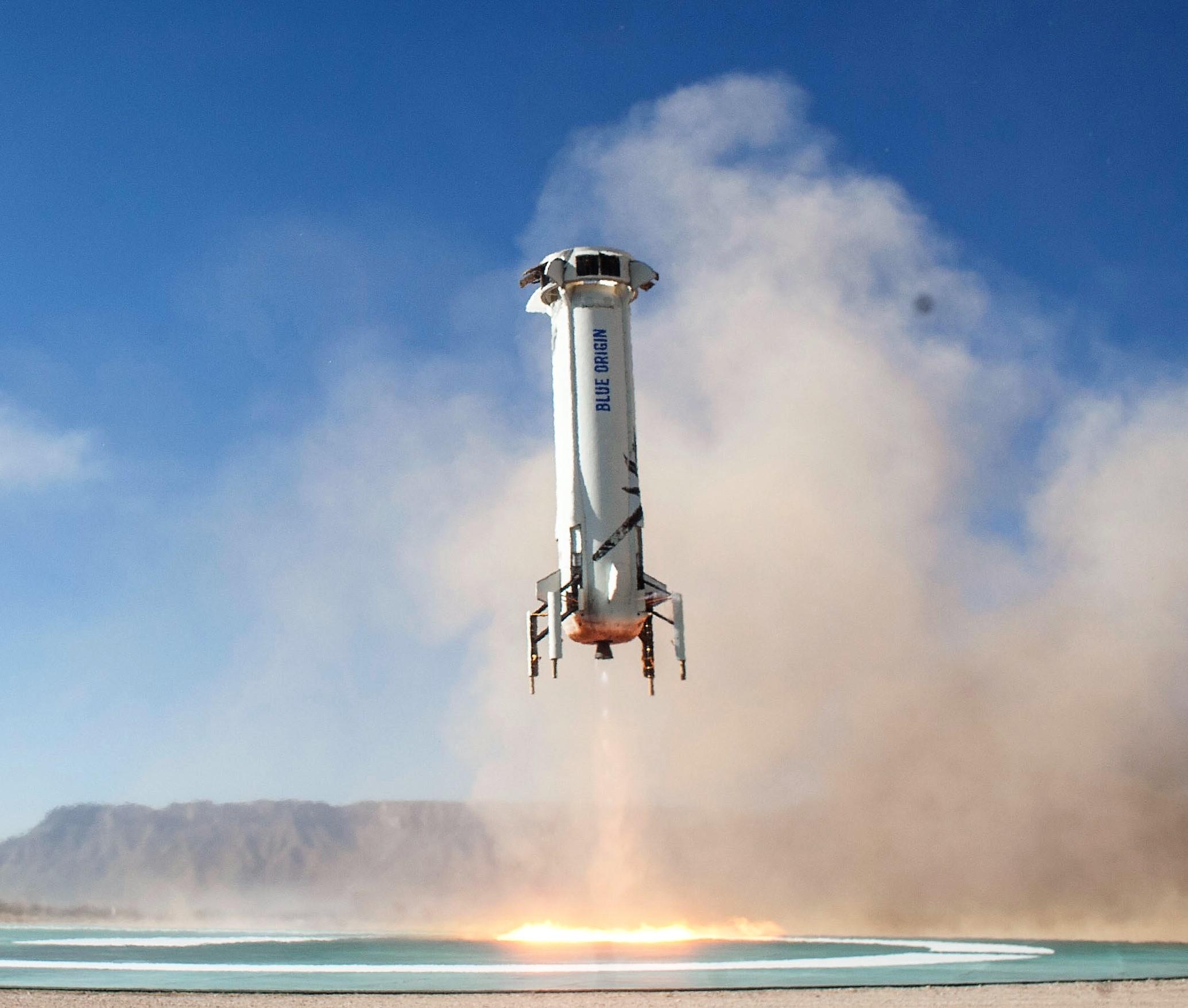 Figure 2: Capsula reutilizabilă New Shepard, la finalul unei misiuni suborbitale, revenind la sol (Sursa foto: Blue Origin.)