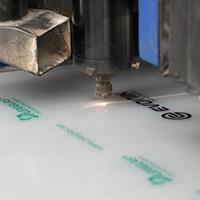 Il taglio laser non asporta materiale e rende i bordi delle superfici tagliate lisci