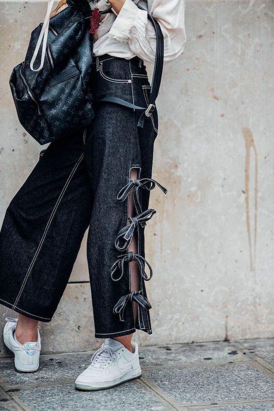 Pantalon ouvert sur le côté avec des noeuds pour refermer