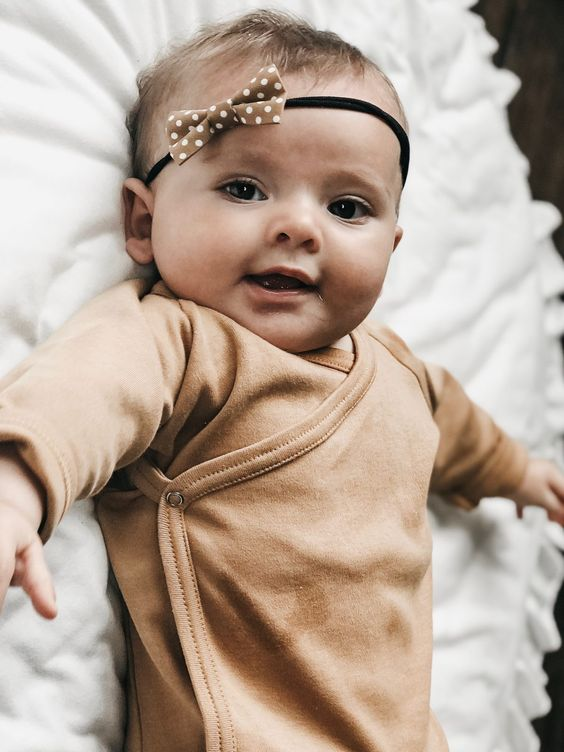 Bébé avec serre-tête élastique à noeud