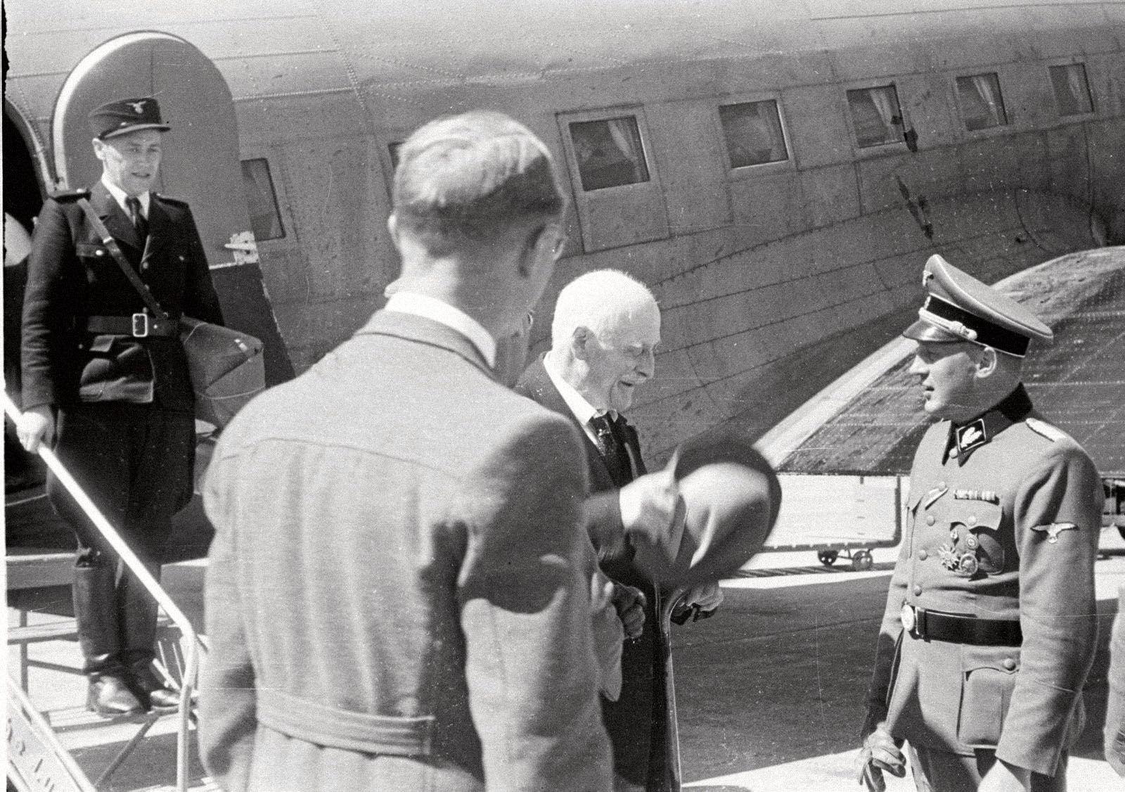 Кнут Гамсун по прибытии в Норвегию 28 июня 1943 года после визита в Германию / Фотограф Оге Кихле, NTB Scanpix aftenposten.no