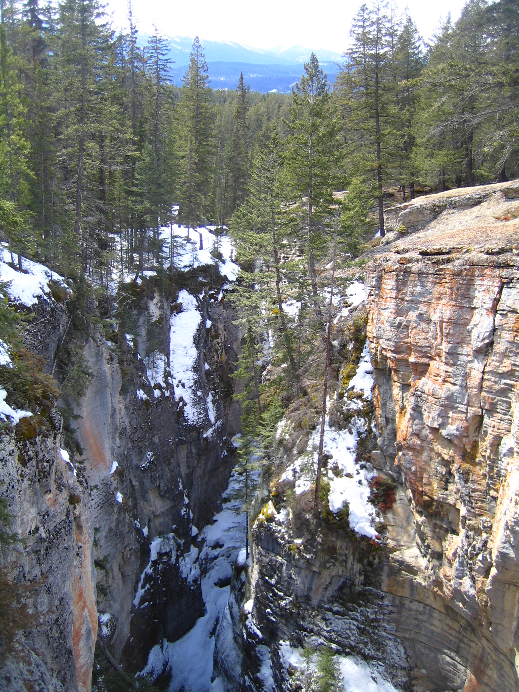image from Frozen waterfalls and ice caves in Maligne Canyon