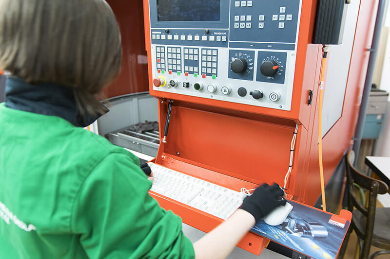 Žačka pracuje s CNC strojem