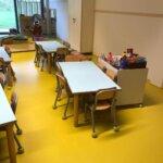 Arredamento scolastico posizionato su un pavimento in resina pigmentato.