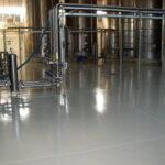 Autoclave in un'industria alimentare con pavimenti realizzati in resina HACCP.