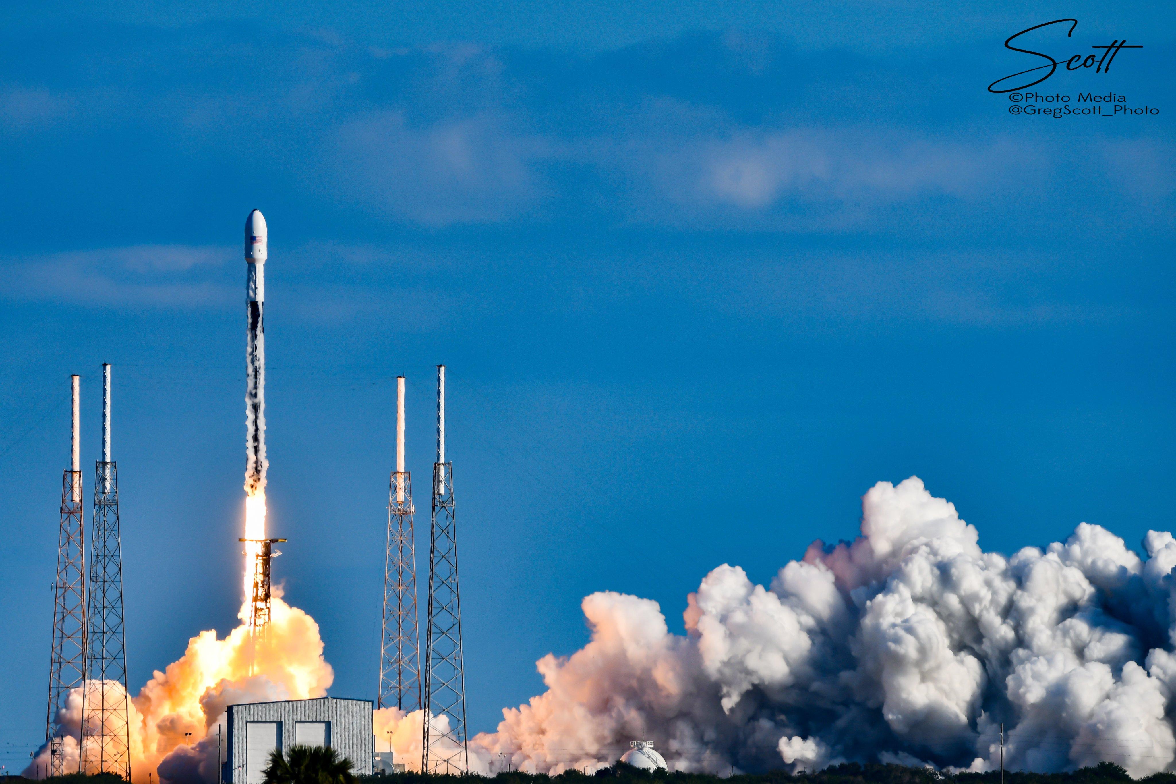 Figure 1: Racheta Falcon 9 (cu treapta primară B1051), lansând al 4-lea grup de sateliti Starlink. (sursa foto: Greg Scott)
