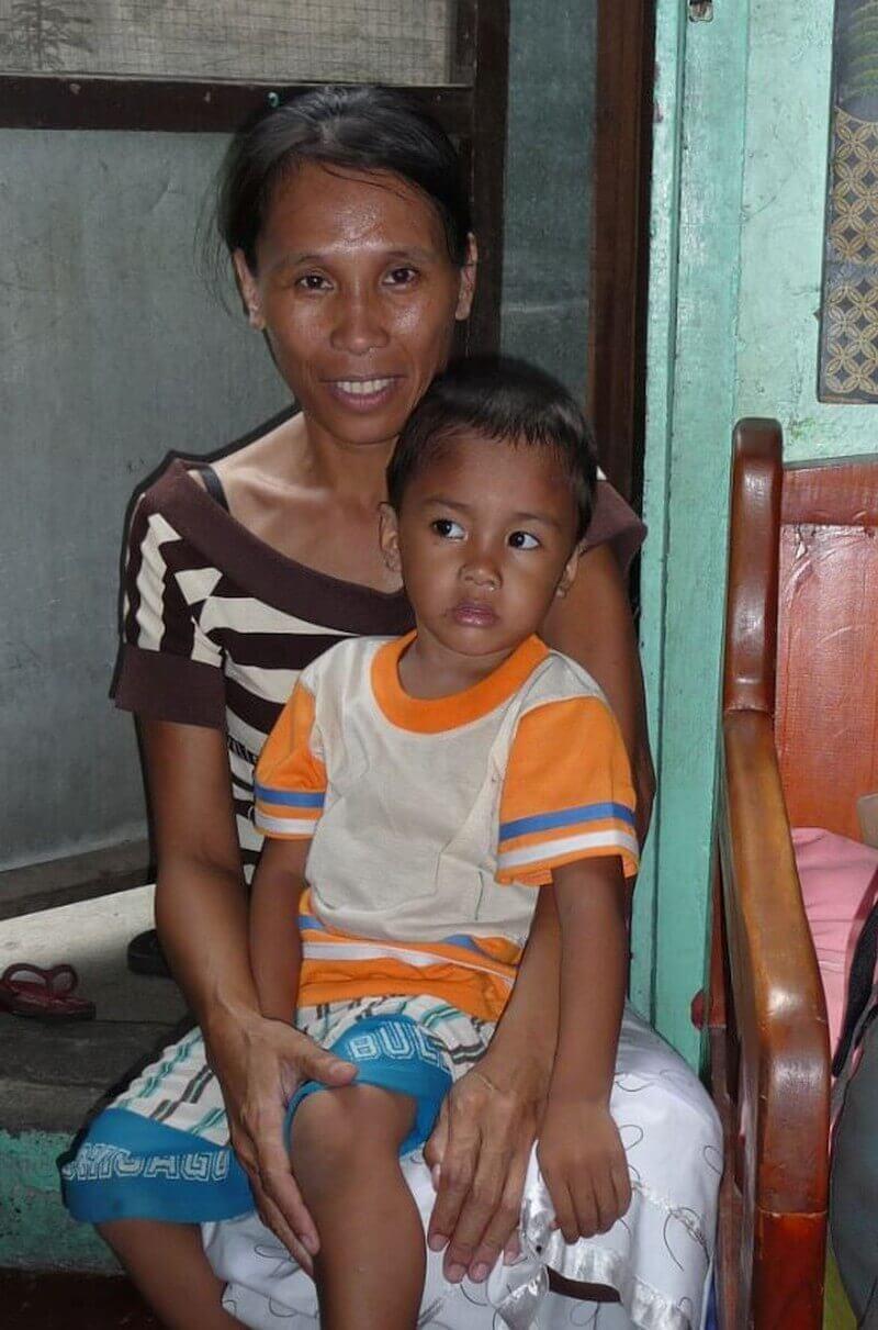 Een moedige moeder met haar jongste kind
