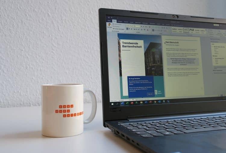 Laptop mit Word-Dokumentvorlage und Tasse