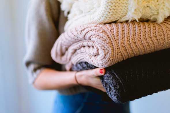 Vrouw die kleding vasthoudt